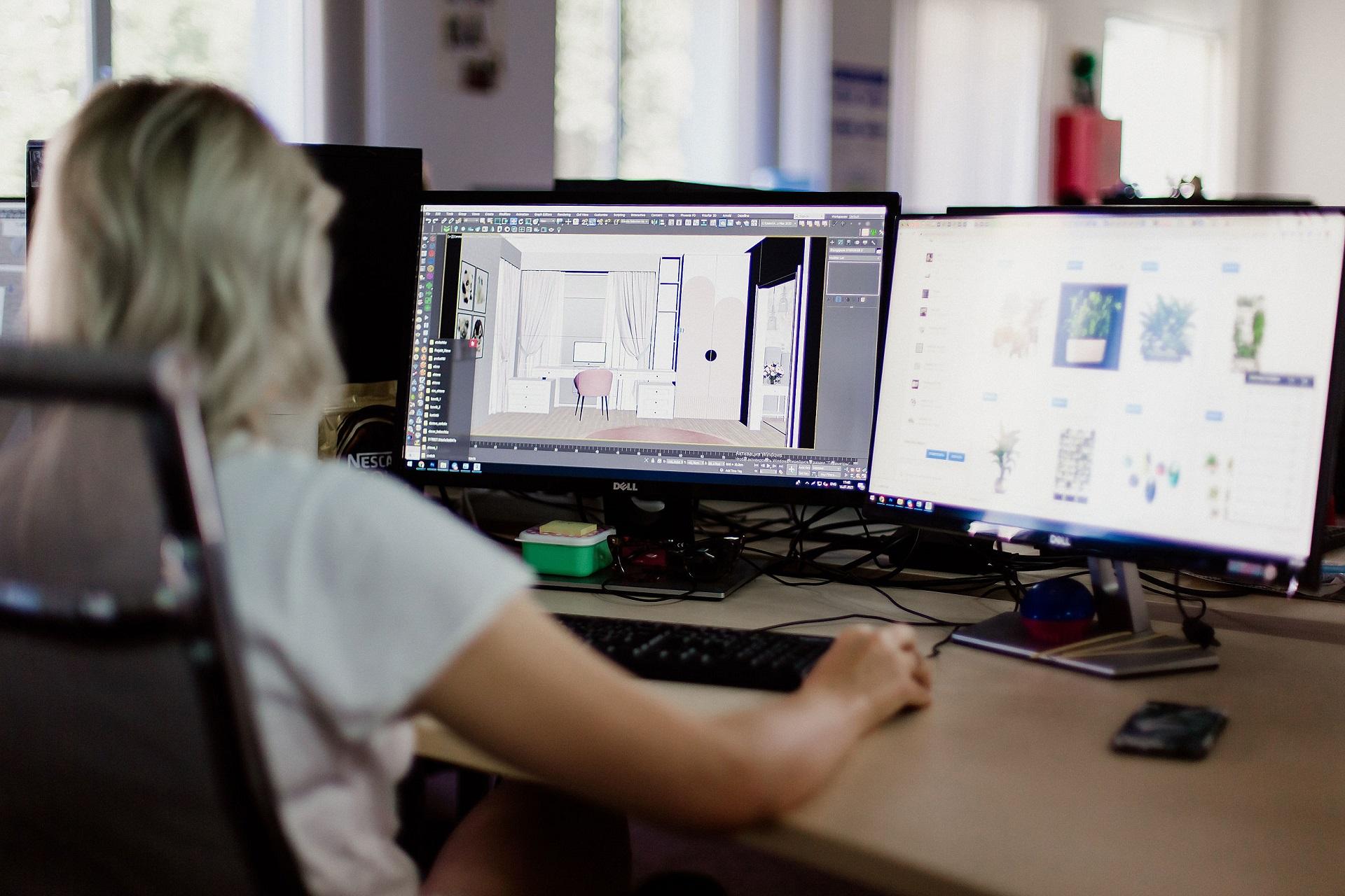 Студентка, изучающая 3D визуализацию