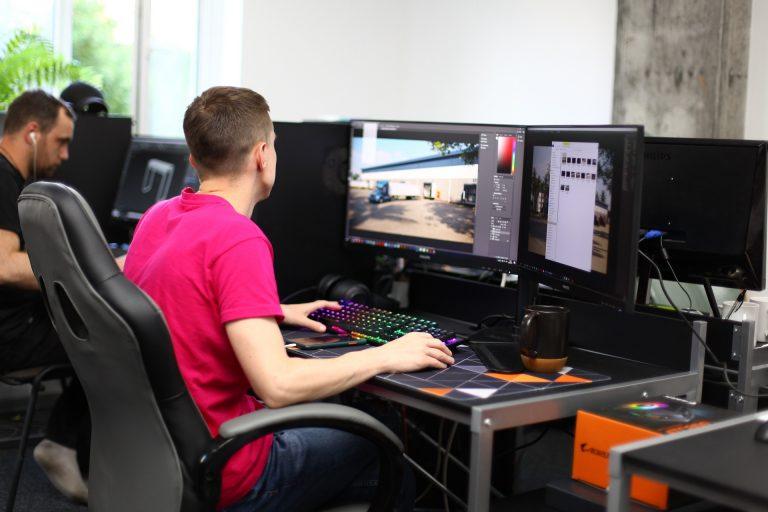3D художники работают в студии визуализации